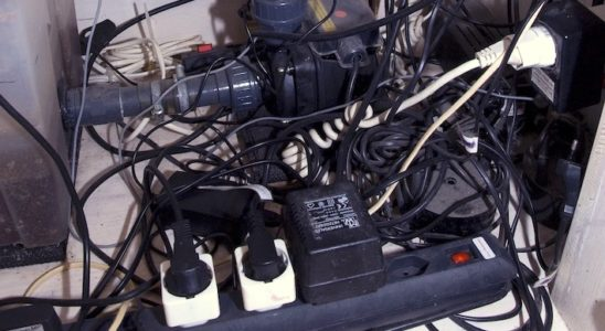 """Il est courant de rencontrer des installations électriques qui peuvent être dangereuses, en particulier si l'on est pas """"aquario-bricolo"""". Mais il existe des recettes bien établies pour assurer la sécurité de l'aquarium et de son soigneur. Photo : Sabine Penisson"""