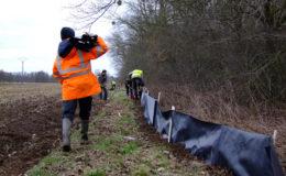 Bénévoles terrariophiles et de la Ligue pour la Protection des Oiseaux en train de monter les pièges.