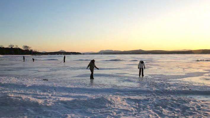 Malgré l'impressionnante couche de glace sur le lac Memphremagog (Canada-USA) au mois de février, les variations thermiques sont bien moindres que dans un bassin grâce au vaste volume d'inertie. photo : Philippe Chevoleau