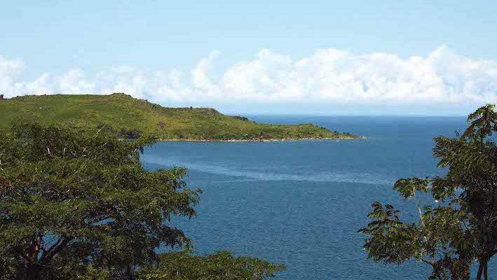 On découvre le lac Tanganyika, qui s'étend à perte de vue, depuis les hauteurs de Kigoma. Photo : Gireg Allain