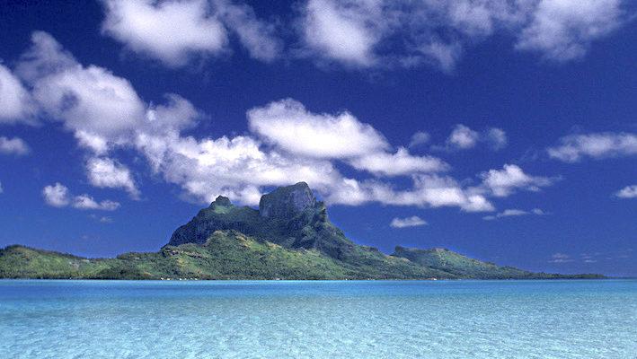 L'irradiation solaire, qui comporte les ultraviolets, la lumière visible et les infrarouges, est vitale pour les récifs coralliens. Les petits poissons perçoivent les ultraviolets autour de 360 nm, alors que les gros prédateurs ne les voient pas. Photo : Aqua Press