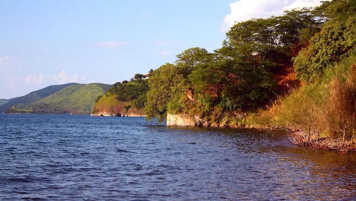 Site de plongée à Kigoma. À cet endroit précis, les flancs rocheux plongent à 3 mètres seulement, rejoignant une vaste zone de petits blocs rocheux. Photo : Gireg Allain