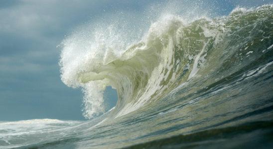 Une vague déferlante dissipe une puissance parfois équivalente à plusieurs centaines de milliers de chevaux-vapeur. Nul doute que cette débauche d'énergie modèle les fonds sous-marins exposés. Photo : Colibri - P. Crétinon