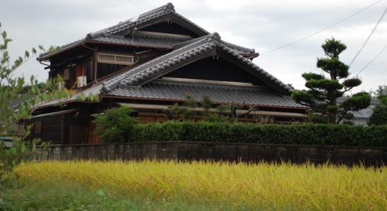 Le dépaysement est assuré au Japon, où la modernité peut faire place au classique, telle cette habitation traditionnelle à Osaka, la deuxième ville du pays. Photo : David Hoffmann & Michael Nadal